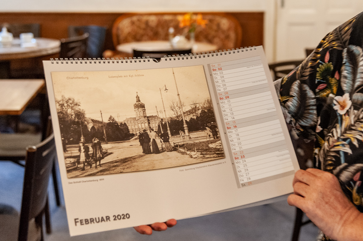 Eine Innenseite des Kiez-Kalernders 2020 mit einem historischen Foto des Chartlottenburger Schlosses
