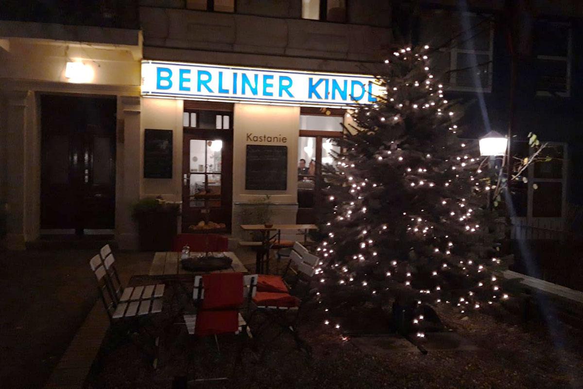 Der Weihnachtsbaum vor dem Gasthaus Kastanie, Berlin Charlottenburg