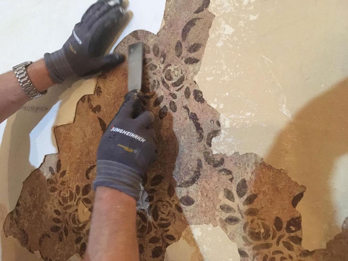 Renovierungsarbeiten in der Kastanie, Entdeckung einer alten Schablonenmalerei